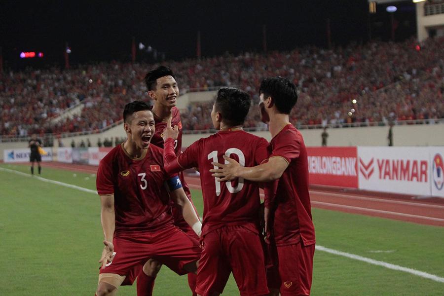 Cầu thủ Việt Nam reo hò trước màn sút volley thủng lưới tuyển Malaysia của Quang Hải 4