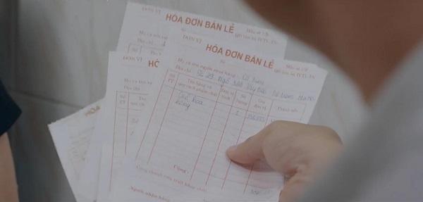 'Bộ sưu tập' hóa đơn thanh toán tiền quà của bà Kim chất hàng đống đầy nhà.