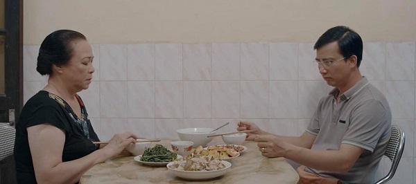 Trong bữa ăn, Dũng cũng không nuốt trôi cơm vì mẹ nhắc đi nhắc lại chuyện ly hôn.