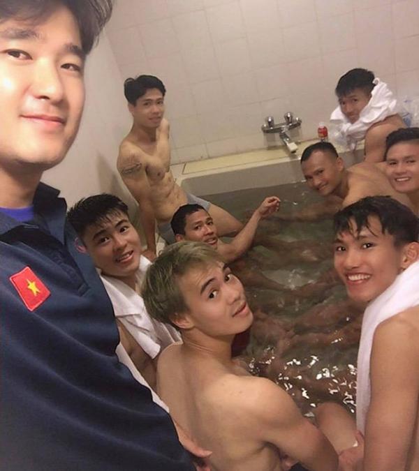 Hình ảnh 'đốt mắt' fan hâm mộ của các cầu thủ Việt Nam.