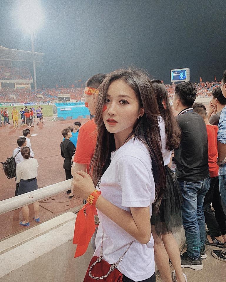 Đăng ảnh cũ cổ vũ Việt Nam, hotgirl 200k follow sợ bị nói làm màu 1