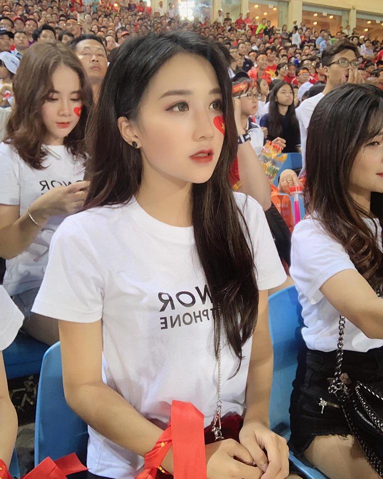 Những hình ảnh xinh đẹp khác của Hương Linh khi đi cổ vũ đội tuyển Việt Nam