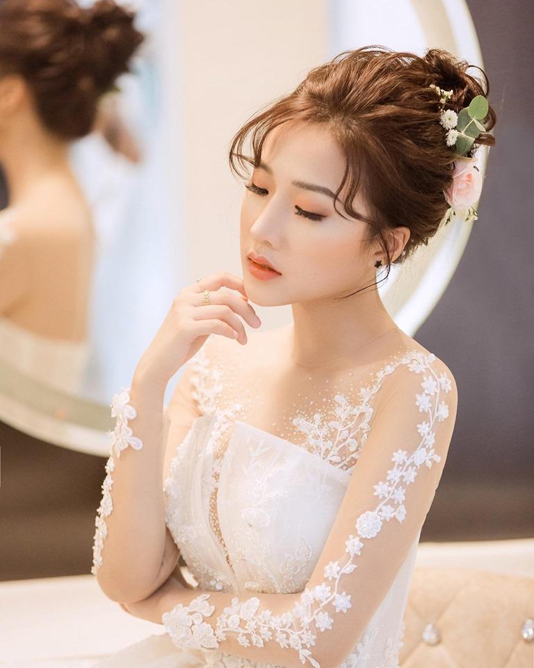 Trần Linh Hươnghiện có 200 nghìn người theo dõi tự nhiên trên trang facebook cá nhân vì ngoại hình xinh đẹp.