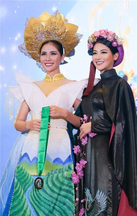 Phương Khánh trao huy chương Đồng cho Hoàng Hạnh - đại diện Việt Nam tại phần thi trang phục truyền thống.