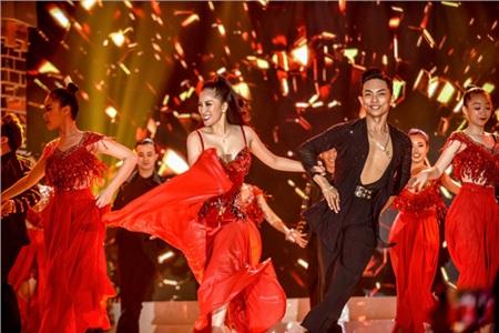 Vợ chồng Khánh Thi khiêu vũ đắm đuối trên sân khấu 0