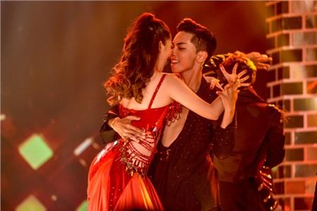 Vợ chồng Khánh Thi khiêu vũ đắm đuối trên sân khấu 2