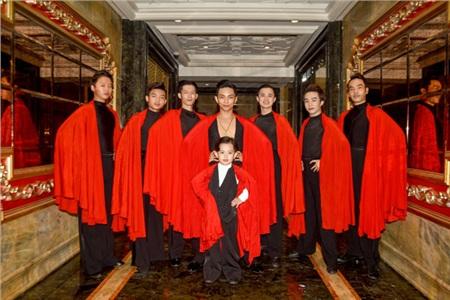 Kubi tạo dáng cùng ba Phan Hiển và dàn vũ công chuyên nghiệp