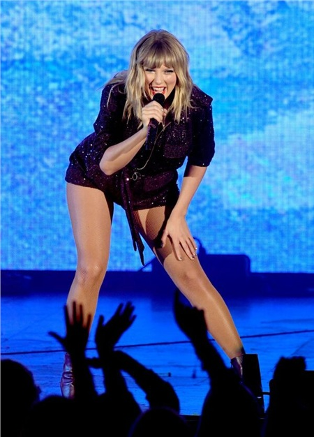 Taylor Swift được fan tặng tiền giả trong show diễn, hành động của nữ ca sĩ khiến nhiều người bất ngờ 0