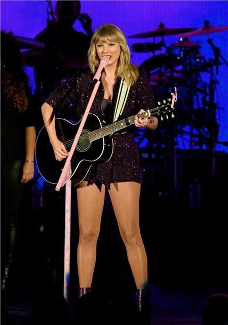 Nữ ca sĩ thể hiện tài năng chơi guitar khiến fan 'mê như điếu đổ'.