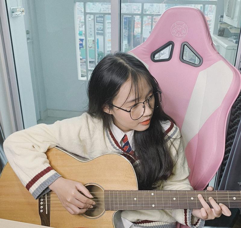 Bên cạnh ca hát, cô nàng cũng rất đa tài khi có thể chơi đàn