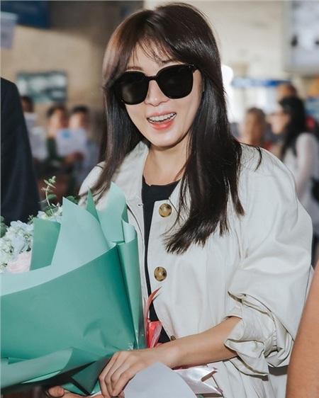 Ha Ji Won tươi cười rạng rỡ tại sân bay Tân Sơn Nhất giữa vòng vây người hâm mộ.