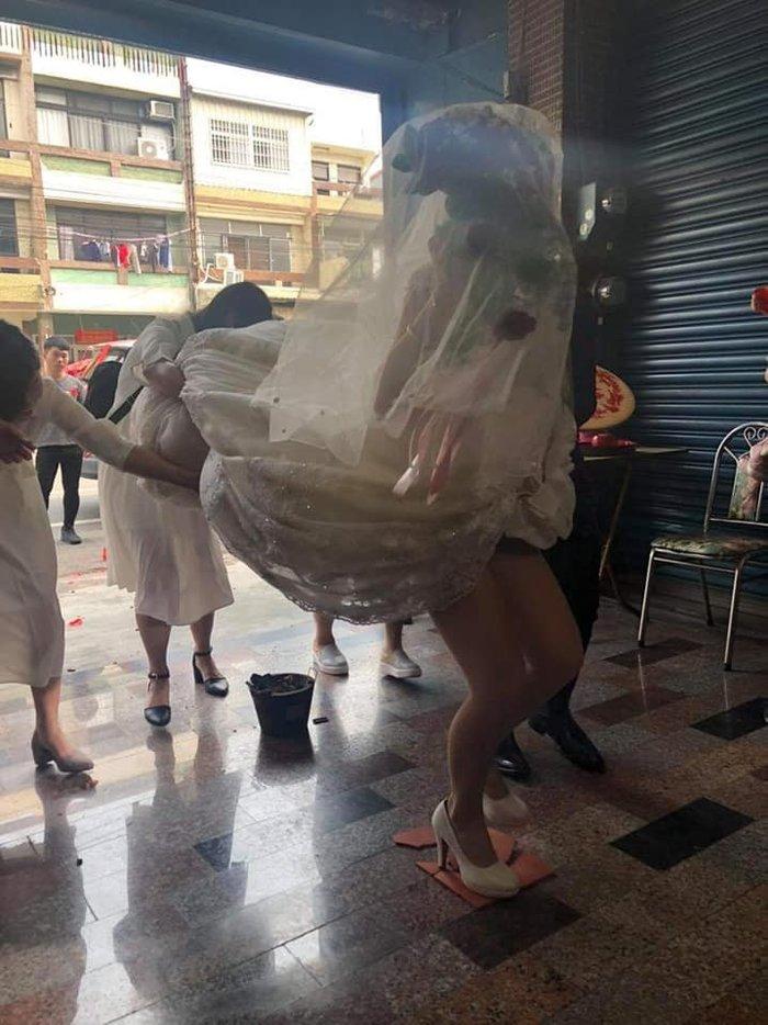 Cô dâu suýt lộ nội y trong ngày cưới chỉ vì hành động này của đám bạn 0