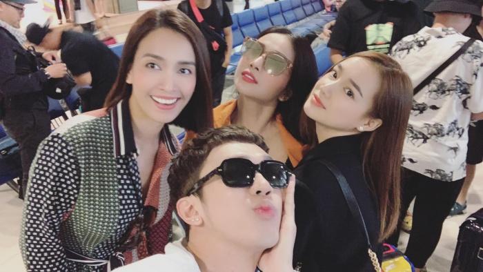 Minh Xù chụp ảnh selfie cùng các nghệ sĩ nữ.