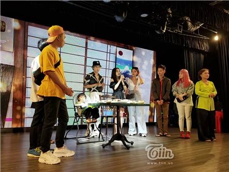 Ảnh hiếm: Lần đầu tiên thấy Quỳnh Trần JP mặc áo bà ba và áo dài trên sân khấu, bên cạnh là bé Sa hiếu động hết cỡ 1
