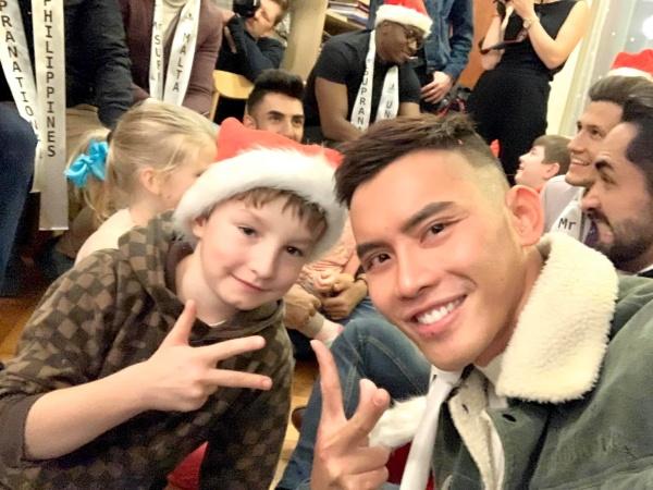 Mạnh Khang diện vest thổ cẩm, cùng dàn thí sinh Mister Supranational 2019 thăm trẻ mồ côi 4