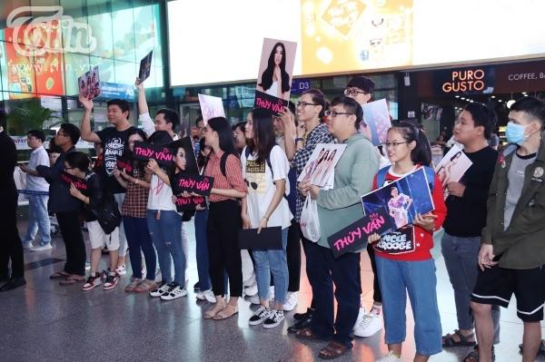 Fan xếp hàng dài đón Top 3 HHHVVN tại sân bay, Khánh Vân bật khóc vì hạnh phúc 2