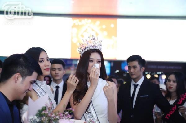 Fan xếp hàng dài đón Top 3 HHHVVN tại sân bay, Khánh Vân bật khóc vì hạnh phúc 7