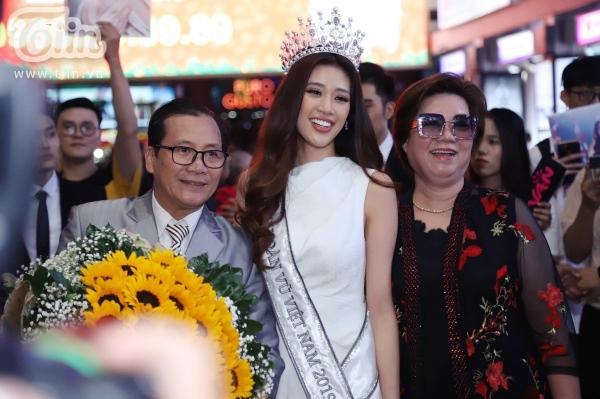 Bố mẹ của Hoa hậu Khánh Vân cũng có mặt tại sân bay đón con gái.