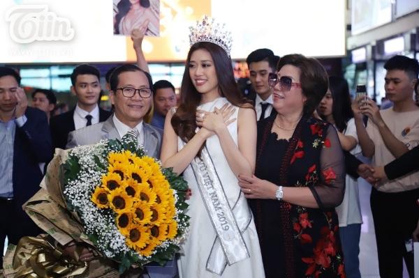Hoa hậu Khánh Vân không kiềm được xúc động, đã rơi nước mắt tại sân bay.