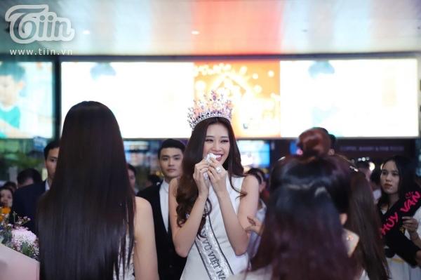Fan xếp hàng dài đón Top 3 HHHVVN tại sân bay, Khánh Vân bật khóc vì hạnh phúc 8
