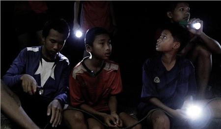 Phim về chiến dịch giải cứu đội bóng nhí Thái Lan bị mắt kẹt trong hang ra mắt khán giả Việt đầu năm 2020 3