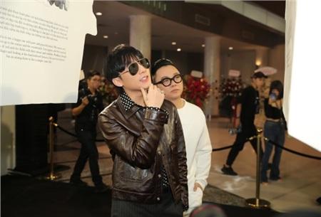 Sơn Tùng M-TP 'muốn im lặng' khi vừa đến dự triển lãm, Đông Nhi - Ông Cao Thắng tay trong tay tình tứ 2