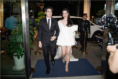 Từ lúc đặt chân xuống sảnh, cả hai đã nắm chặt tay nhau vô cùng hạnh phúc.