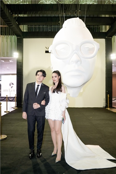 Cho đến không gian đầu tiên đặc trưng của Buổi triển lãm, cặp đôi vẫn không rời nhau nửa bước.
