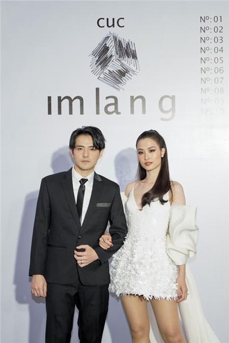 'Cặp vợ chồng son' diện style trang phục đen, trắng thanh lịch: Ông Cao Thắng lịch lãm với bộ vest trong khi bà xã Đông Nhi 'đầu tư' hơn khi diện thiết kế trong bộ sưu tập nổi tiếng 'Đi nhặt hạt sương nghiêng' của nhà thiết kế Nguyễn Công Trí trình diễn tại New York Fashion Week.