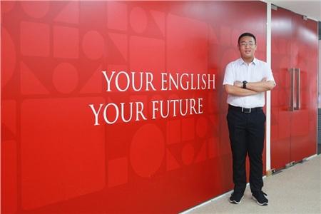 Thái Nguyễn Đăng Khoa trởthành thần tượng của các bạn học sinh trong trường nhờ khả năng tiếng Anh 'khủng'