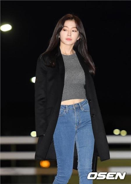 Tương tự như Irene, thay vì chọn áo coat dài như Lia, 'nữ thần visual' nhà SM khoác lên người chiếc blazer dáng dài vừa sang chảnh vừa thanh lịch - cũng là một ý tưởng không tệ để học tập.
