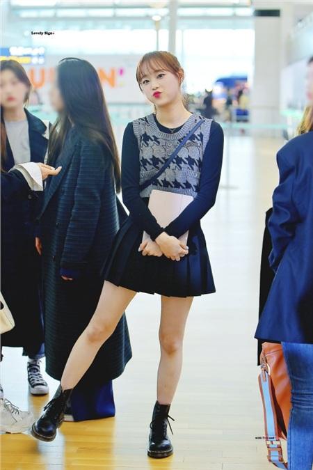 Theo sự du nhập của nhiều làn sóng thời trang từ Hàn Quốc, kiểu mix đồ layer cũng dần nhận được sự yêu thích từ phái đẹp hơn. Khi đến Việt Nam vào hồi cuối tháng 11 vừa qua, Chuu (Loona) đã tái hiện lại cơn sốt layer một thời này. Cách mà cô nàng mix là chọn áo váy đen bên trong, khoác thêm bên ngoài là chiếc áo len mang tông xám không bị 'lạc quẻ' với cả set đồ, cuối cùng là đôi boots cùng màu tăng thêm nét khỏe khoắn, năng động.
