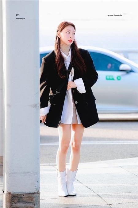 Khác với kiểu tinh nghịch cá tính như Chuu, Yves lại chủ trương theo phong cách vừa nữ tính, vừa quyền lực với áo sơ mi oversized mix cùng chân váy bên trong, kèm áo blazer bên ngoài.