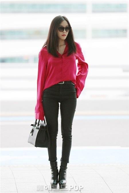 Sơ mi lụa rõ ràng không phải một item dễ phối, cộng thêm màu hồng cánh sen thường được cho là 'sến' nên sẽ càng bị phái đẹp 'xua đuổi' nhiều hơn. Trong trường hợp sở hữu một chiếc áo lụa mang tone màu 'sến' như vậy, hãy học cách mix với quần skinny jean tuy đơn giản nhưng chưa bao giờ thất bại của Hyomin. Phối cùng túi xách nho nhỏ và giày cùng tông đen lại càng đạt chuẩn, chẳng sợ sến!