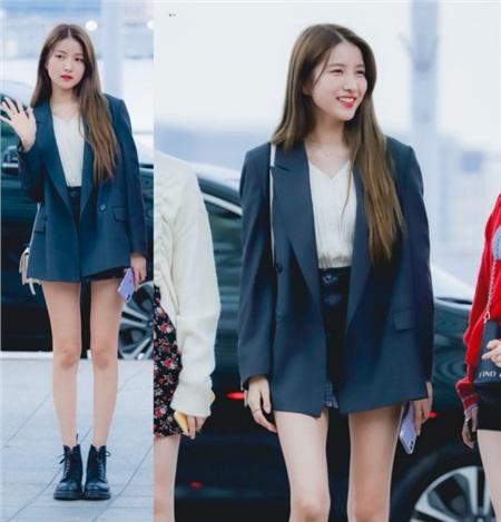 'Phép cộng' mang tên blazer và quần short jean luôn được các bạn gái ứng dụng nhiệt tình, kể cả Sowon cũng không là ngoại lệ. Dù đã quá quen thuộc nhưng vẫn có không ít cô nàng 'chết mê chết mệt' với sự trẻ trung, thanh lịch củacông thức kết hợp này. Tương tự như Sowon, bạn cũng có thể kết hợp hai item trên cùng boots để xúng xính đi 'xin lì xì' ngày Tết.