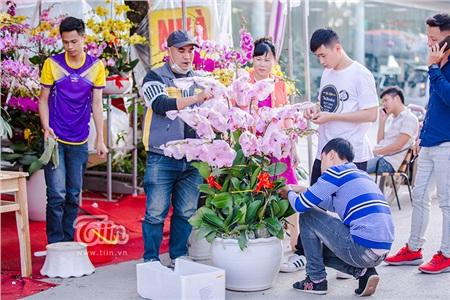 Người lại mua hoa...