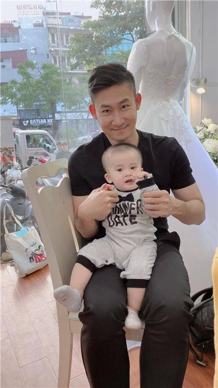 Bố Khang và con trai đưa mẹ San đi thử váy cưới
