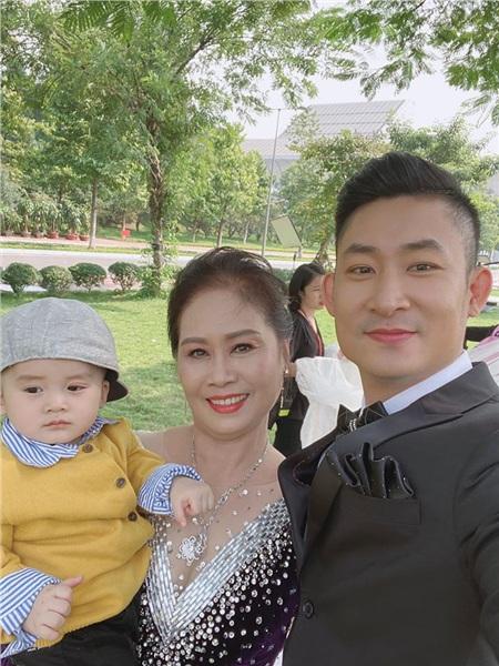 Con trai cưng của Khang được bà nội bế
