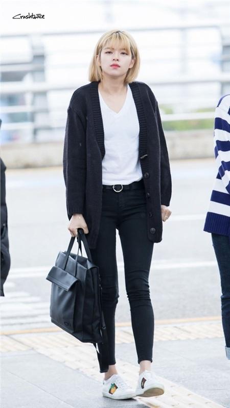 Nhiều người cho rằng phối áo cardigan với áo thun và quần jean sẽ mang đến cảm giác hơi 'dừ', trong trường hợp này, Jungyeon đã khéo léo mix thêm đôi sneaker để không bị 'auto cộng tuổi'.