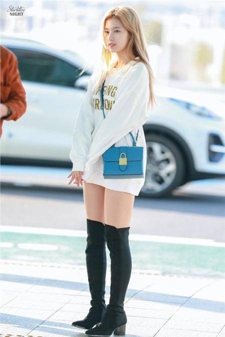 Cách ăn mặc của Sana mang đến sự gần gũi, nhẹ nhàng như những cô bạn gái ngoài đời thực chứ không phải một siêu sao nổi tiếng.