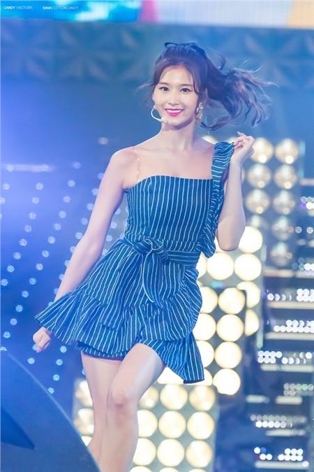 Gu thời trang khác biệt của hai quý cô tuổi Tý nhà TWICE: Sana ngọt ngào, Jungyeon chuẩn 'ngự tỷ' 1