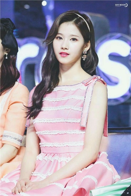 Gu thời trang khác biệt của hai quý cô tuổi Tý nhà TWICE: Sana ngọt ngào, Jungyeon chuẩn 'ngự tỷ' 2