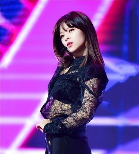 Gu thời trang khác biệt của hai quý cô tuổi Tý nhà TWICE: Sana ngọt ngào, Jungyeon chuẩn 'ngự tỷ' 10