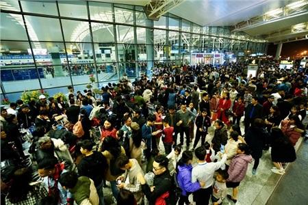 Ở cảng Quốc tế của sân bay Nội Bài, vì quá đông nên lực lượng an ninh phải chặn người thân ở bên ngoài, chỉ cho hành khách được vào trong để làm thủ tục check-in