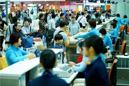 Ở cả 2 sân bay quốc tế, những quầy làm thủ tục không lúc nào ngớt khách