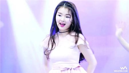 Trong Oh My Girl, Seunghee đóng vai trò giọng hát chính, nhưng bên cạnh khả năng hát hò rất chi là 'ra gì', cô nàng còn sở hữu một gương mặt mang nét đẹp lạ, tuy không phải kiểu xinh lung linh như công chúa nhưng chắc chắn sẽ gây ấn tượng đối với những ai chỉ 'lướt' qua một nàng.
