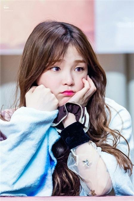 Oh My Girl thường được các fan ví von là một nhóm hội tụ toàn những gương mặt 'hack tuổi', và Seunghee cũng là một phần trong số đó. Nhiều fan khi mới biết đến nhóm đều nhầm Seunghee là 'em út' của nhóm, trong khi thực chất sự thật trái ngược.