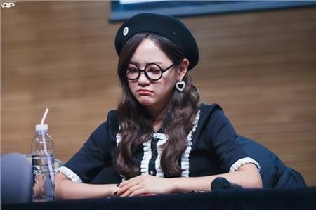 Khi Sejeong đứng cạnh Somi, dù cách biệt những 5 tuổi nhưng người hâm mộ lại chẳng nhận thấy bất kỳ khoảng cách nào giữa cả hai. Điều này cũng tương tự khi Sejeong đứng cạnh Doyeon (cách 3 tuổi), Mina (cách 3 tuổi) hay Hyeyeon (thành viên gugudan - cách 4 tuổi).