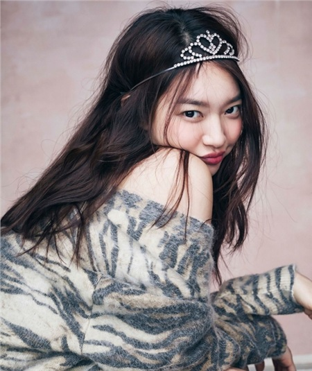 Ở thế hệ mà Shin Min Ah rẽ hướng từ ngành mẫu sang diễn xuất, có rất nhiều người đẹp đã nổi tiếng hơn cô nàng rất nhiều. Thế nhưng, Shin Min Ah không mất quá nhiều thời gian để tìm một chỗ đứng cho riêng mình trong showbiz. Bên cạnh những yếu tố như diễn xuất, may mắn nhận được kịch bản chất lượng thì điều khiến Shin Min Ah dễ dàng gây ấn tượng cho công chúng chính là đôi mắt biết nói cùng lúm đồng tiền rạng rỡ của cô nàng.