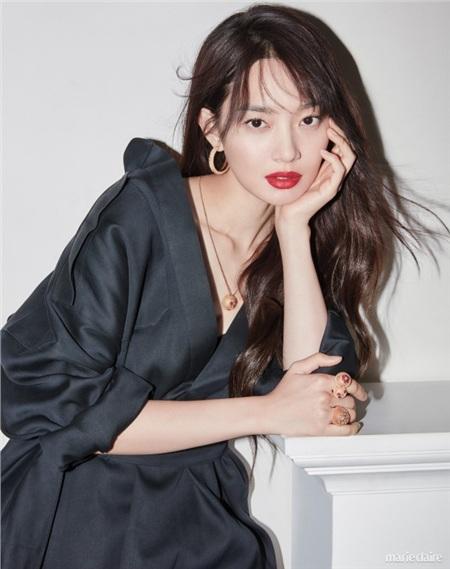Đến nay, đã gần 20 năm trôi qua kể từ khi Shin Min Ah bước chân vào làng giải trí, vậy mà nhan sắc của cô nàng chẳng có thay đổi đáng kể nào. So sánh hình ảnh của bây giờ với hình ảnh của Shin Min Ah ngày ấy, dường như cô nàng đang 'trẻ hóa' theo thời gian.